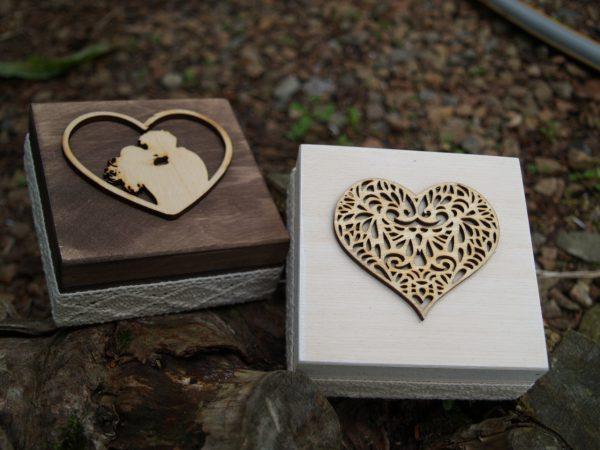 Skrzynki na obrączki z sercem i parą
