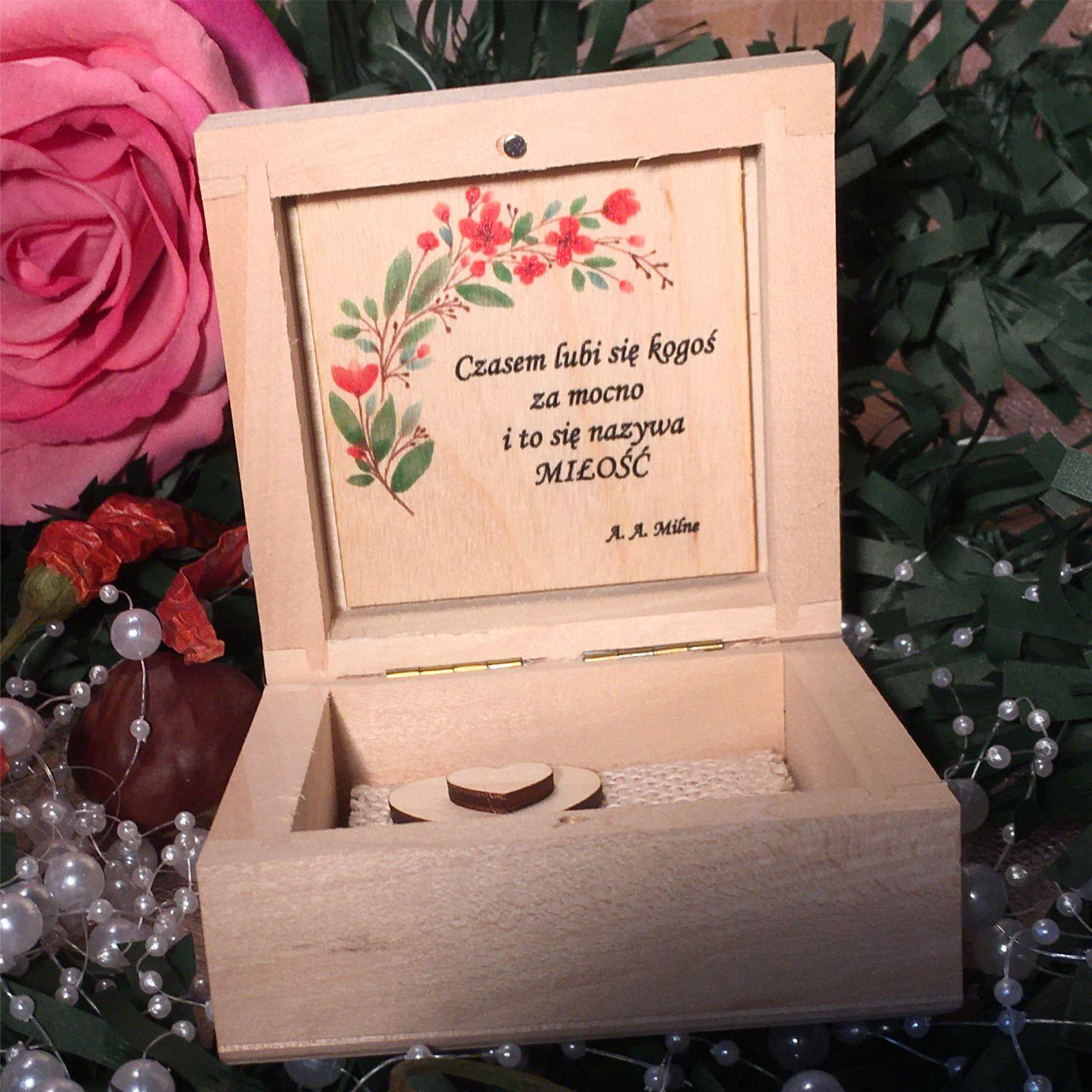 Środek pudełka kwiaty czerwone